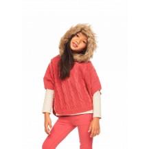 Poncho tricotosa rosa grosella con capucha y pelo
