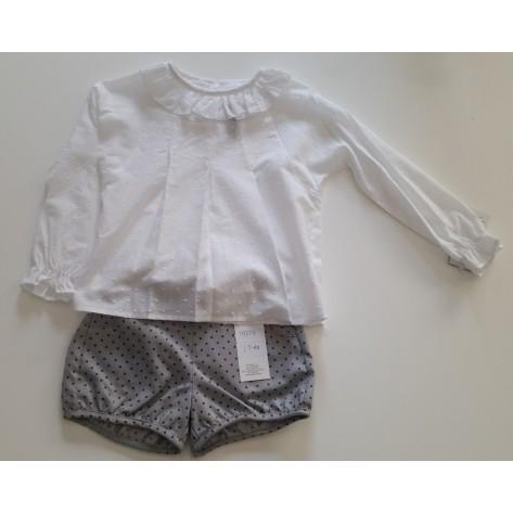 Conjunto short gris puntos negros y camisa plumeti blanca