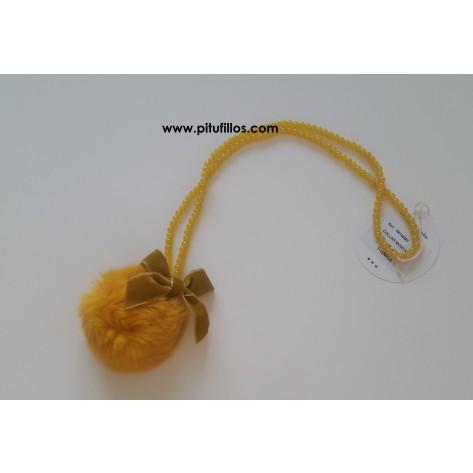 Collar pompon mostaza