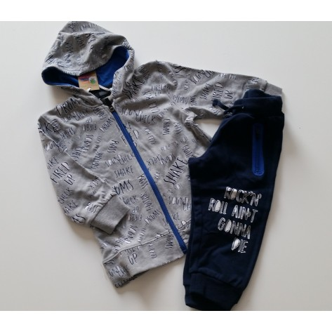 Chándal gris palabras y pantalón azul