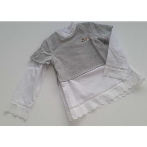 Sudadera gris con camisa plumeti debajo