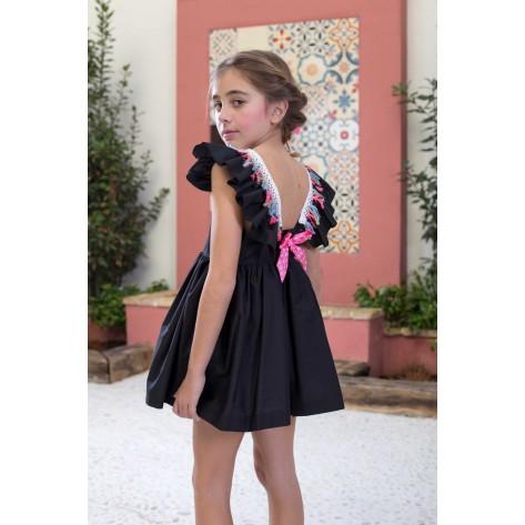 Vestido negro flecos rosa