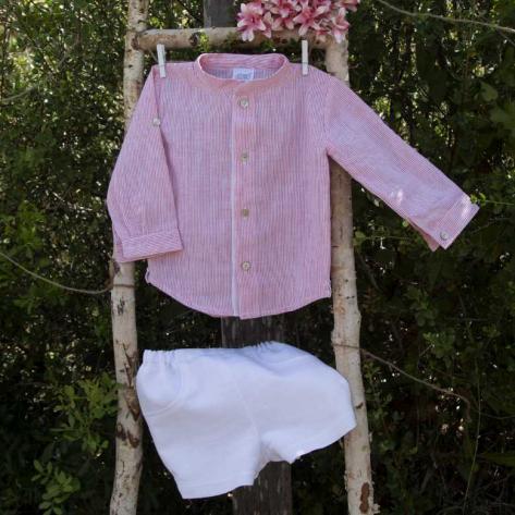 Camisa lino rayitas coral y pantalón corto blanco