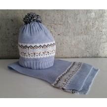 Gorro azul empolvado greca blanca/camel con pompon y bufanda