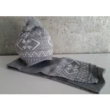 Gorro gris claro con blanco y pompon + bufanda