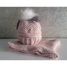 Gorro rosa empolvado con pompon pelo blanco y gris y cuello