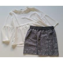Falda estrellas gris y blusa crep volante escote