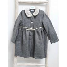 Abrigo gris cuello bebé y cinturón